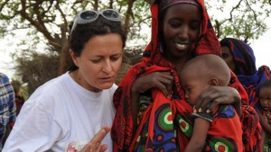 """Il Comitato di Collaborazione Medica ha lanciato il progetto di crowdfunding """"sorrisi di madri africane"""". Nella foto un'operatrice in Africa"""