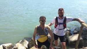 Gianluca Oliva e l'amico Antonio Di Dato sulle rive del Po per l'iniziativa di raccolta fondi Fiume di solidarietà