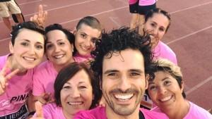 Marco Bianchi insieme alle Pink di Fondazione Veronesi durante una corsa per raccogliere fondi per la ricerca sul cancro