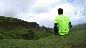 Vivaldo Lleshi in una tappa del suo viaggio dalla Scozia all'Italia in bici