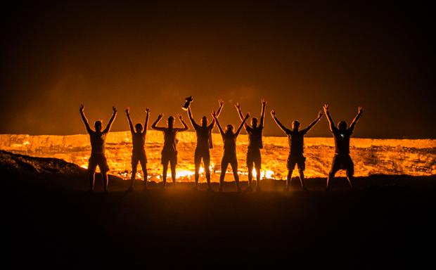 8 ragazzi al tramonto