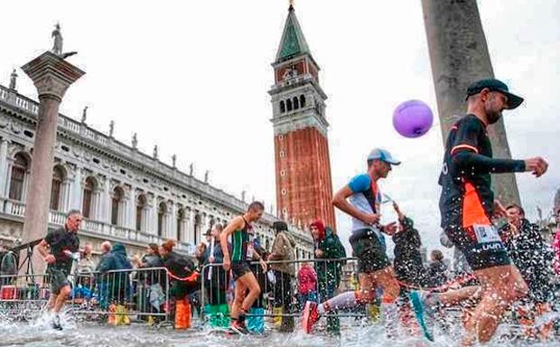 Venicemarathon, l'acqua alta non ferma i runner solidali-